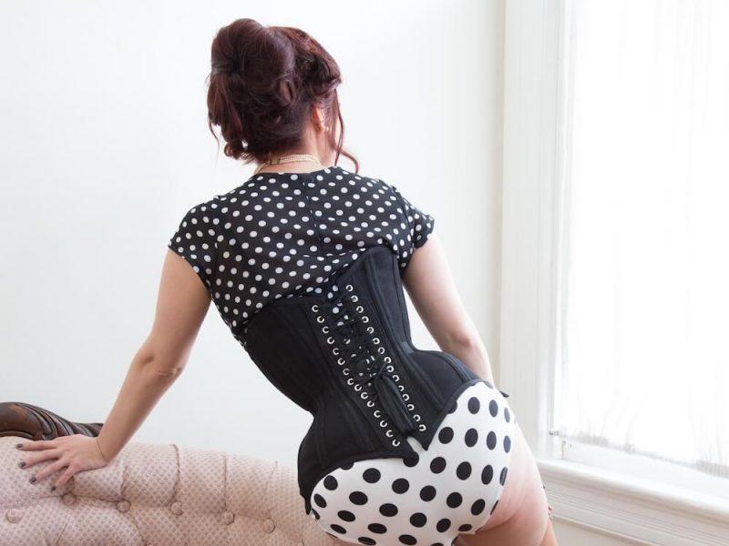 Pop-Antique-corset-Victoria-Dagger-photo-John-Carey